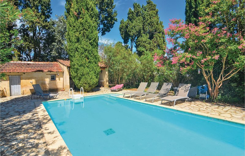 Stunning home in Mas Blanc des Alpilles with WiFi and 3 Bedrooms (FPB119), casa vacanza a Mas-Blanc-des-Alpilles