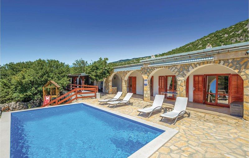 Nice home in Starigrad with WiFi and 3 Bedrooms (CKV580), location de vacances à Lukovo
