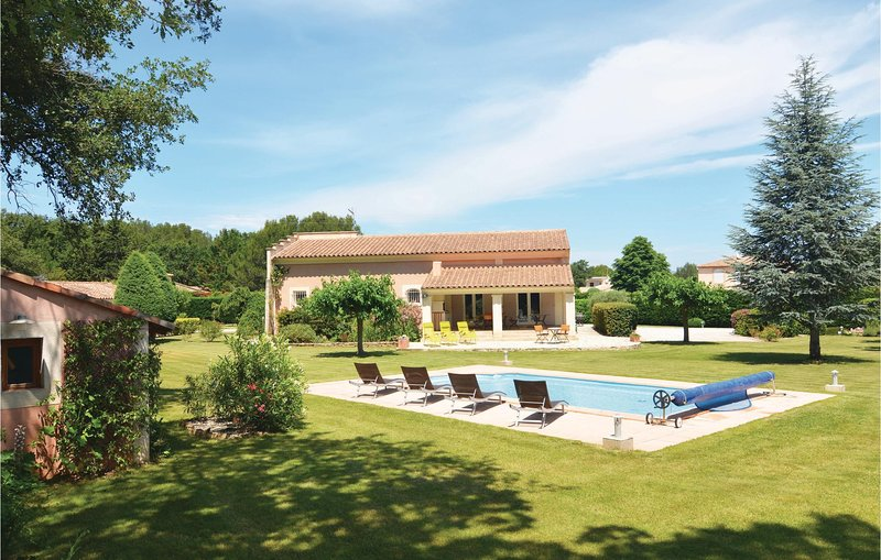 Awesome home in St. Cannat with WiFi and 5 Bedrooms (FPB255), alquiler vacacional en Saint-Cannat