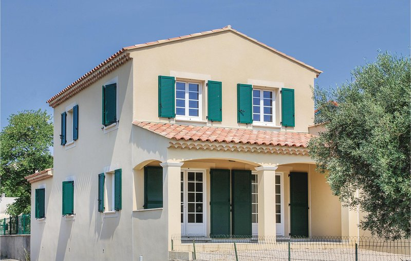 Amazing home in Lançon de Provence with WiFi and 3 Bedrooms (FPB309), holiday rental in Salon-de-Provence