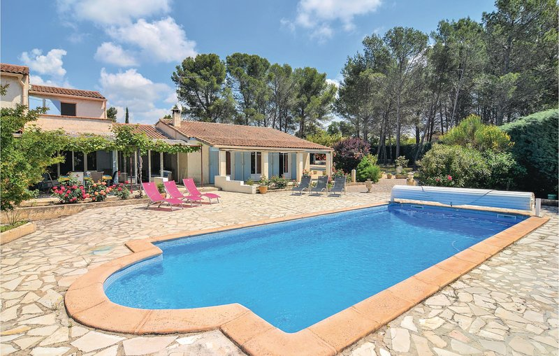 Stunning home in St. Cannat with WiFi, Outdoor swimming pool and 3 Bedrooms (FPB, holiday rental in Coudoux