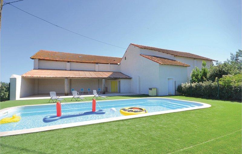 Nice home in Le Sambuc with 2 Bedrooms and WiFi (FPB312), aluguéis de temporada em Le Sambuc