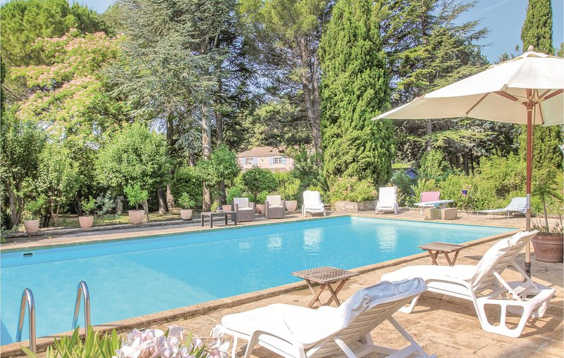 Awesome home in Lançon de Provence with WiFi and 2 Bedrooms (FPB317), holiday rental in Salon-de-Provence