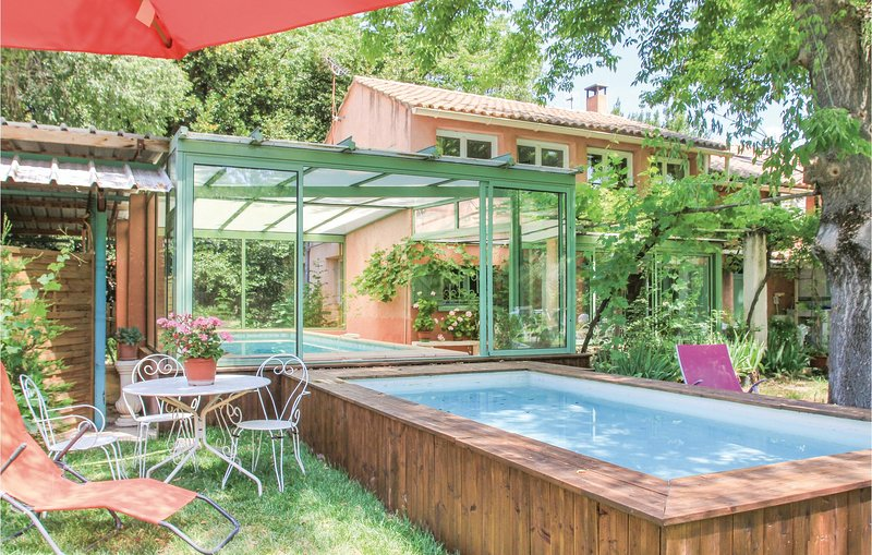Stunning home in Saint Remy de Provence with WiFi and 4 Bedrooms (FPB191), casa vacanza a Mas-Blanc-des-Alpilles