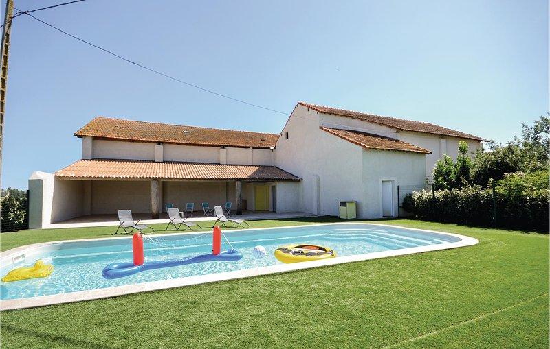 Amazing home in Le Sambuc with WiFi, 2 Bedrooms and Outdoor swimming pool (FPB36, aluguéis de temporada em Le Sambuc