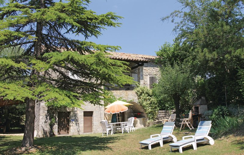 Beautiful home in Montguers with 3 Bedrooms (FPD064), vacation rental in Saint-Andre-de-Rosans