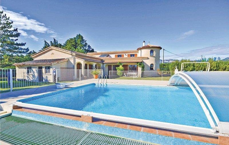 Beautiful home in Aubignan with WiFi and 6 Bedrooms (FPV010), location de vacances à Saint-Hippolyte-le-Graveyron