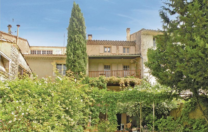 Stunning home in St Didier with WiFi and 4 Bedrooms (FPV085), holiday rental in Saint-Didier