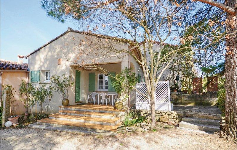 Nice home in Entrechaux with WiFi and 2 Bedrooms (FPV027), location de vacances à Entrechaux