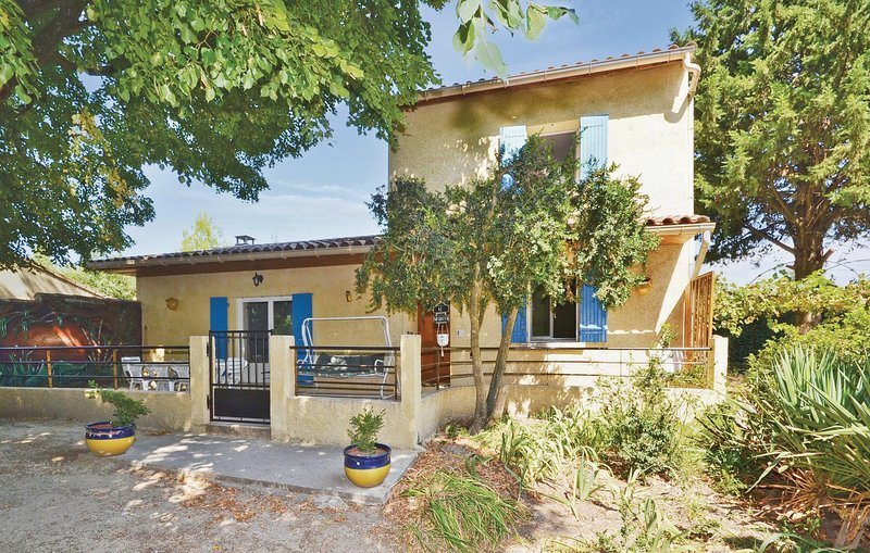 Nice home in Mazan with 3 Bedrooms (FPV190), holiday rental in Malemort-du-Comtat
