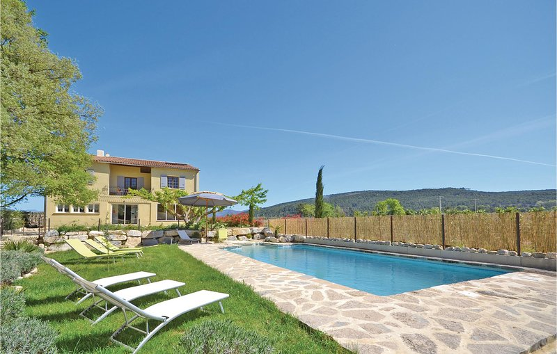 Stunning home in St Marcellin L Vaison with Outdoor swimming pool and 7 Bedrooms, holiday rental in Saint-Marcellin-les-Vaison
