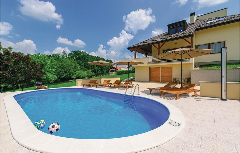 Beautiful home in Starjak with WiFi and 4 Bedrooms (CCC038), casa vacanza a Hrvatski Leskovac