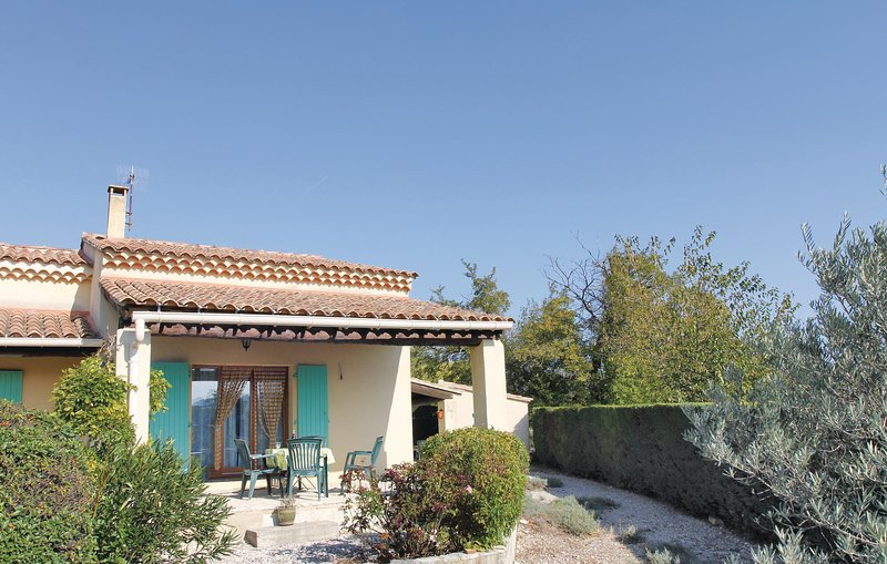 Beautiful home in Mormoiron with 1 Bedrooms (FPV396), casa vacanza a Flassan