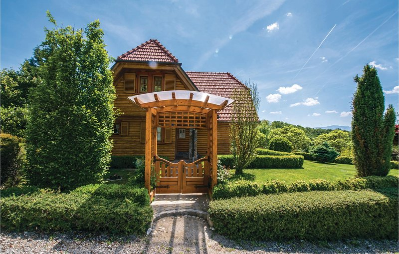 Amazing home in Varazdin with WiFi and 2 Bedrooms (CCC050), location de vacances à Ormoz