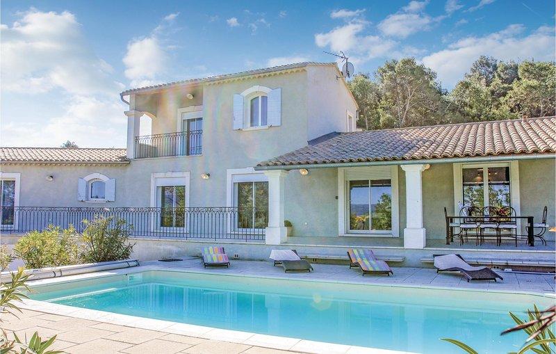 Beautiful home in Apt with WiFi and 4 Bedrooms (FPV446), aluguéis de temporada em Buoux