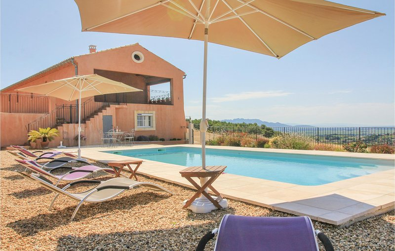 Nice home in Cairanne with WiFi and 5 Bedrooms (FPV480), holiday rental in Cairanne