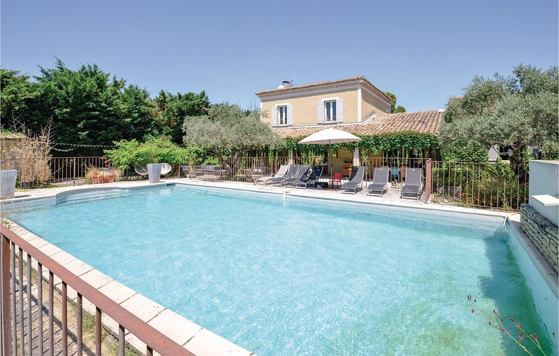 Nice home in Cavaillon with WiFi and 6 Bedrooms (FPV536), holiday rental in Les Vigneres