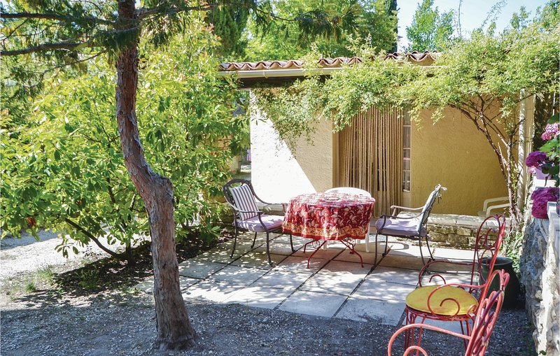 Awesome home in Crillon le Brave with WiFi and 1 Bedrooms (FPV469), location de vacances à Saint Pierre de Vassols