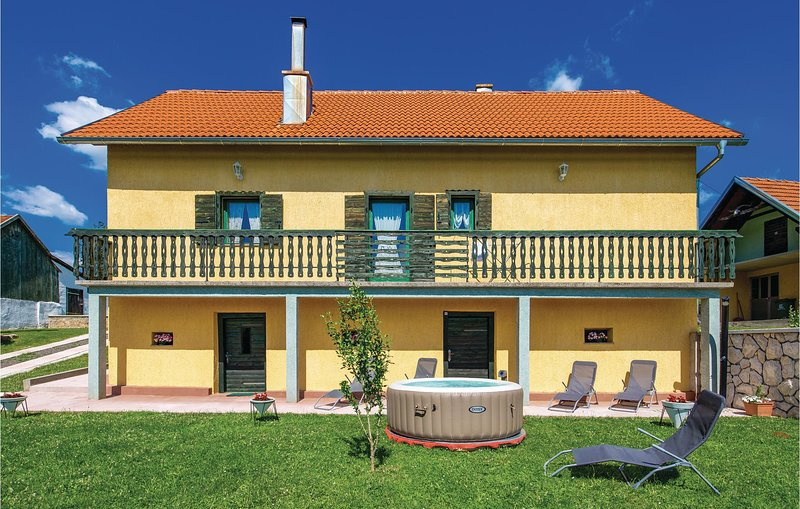 Awesome home in Otocac with WiFi, 2 Bedrooms and Jacuzzi (CCL055), location de vacances à Licko Lesce