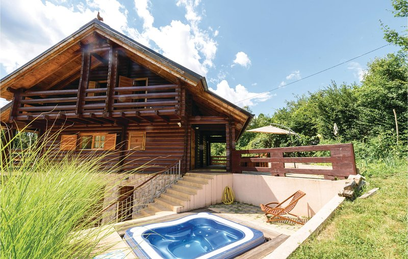 Nice home in Krasic with Jacuzzi, Sauna and 3 Bedrooms (CCC142), location de vacances à Metlika