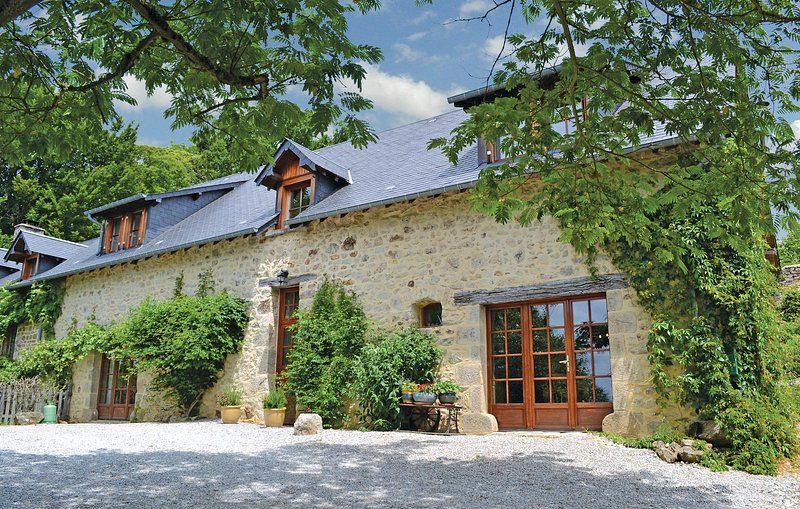 Stunning home in Chamberet with WiFi, Outdoor swimming pool and 4 Bedrooms (FSC0, holiday rental in Saint Germain les Belles