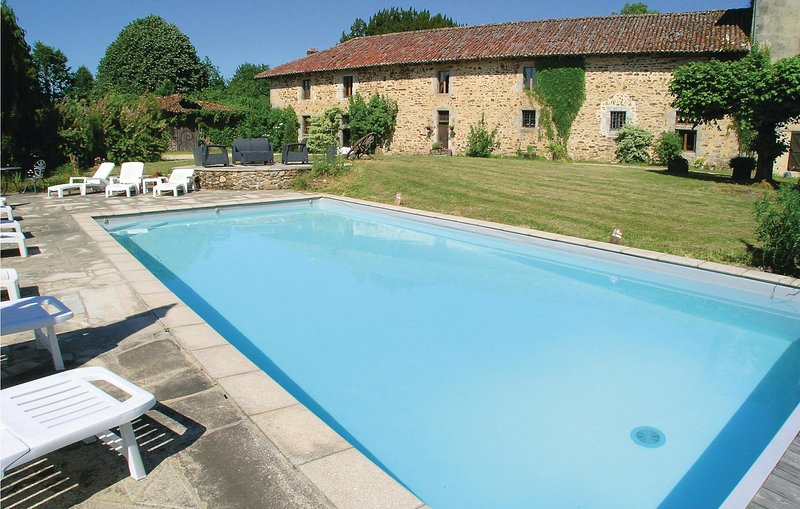 Stunning home in Moissannes with WiFi and 2 Bedrooms (FSH036), location de vacances à Roziers-Saint-Georges