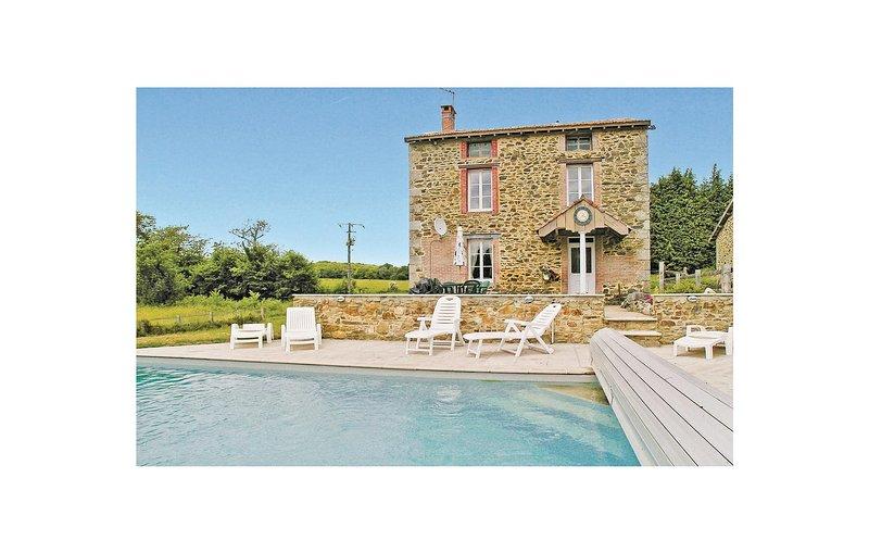 Nice home in St. Leonard de Noblat with 3 Bedrooms (FSH009), location de vacances à Roziers-Saint-Georges