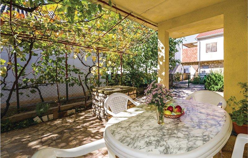 Awesome home in Gornji Karin with 2 Bedrooms (CDA087), alquiler vacacional en Gornji Karin
