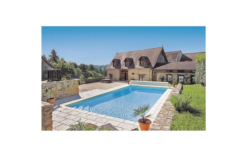 Awesome home in Le Chalard with 5 Bedrooms (FSH003), holiday rental in Saint-Priest-les-Fougeres