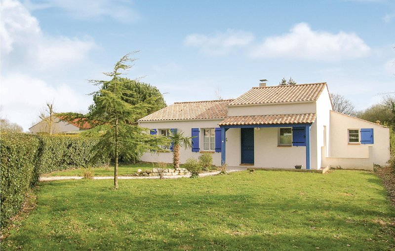 Nice home in St Maixent sur Vie with 3 Bedrooms (FVE177), casa vacanza a Apremont