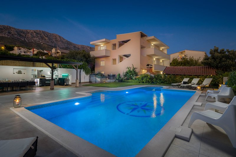 Villa Wind Rose with Heated Pool, vacation rental in Kastela