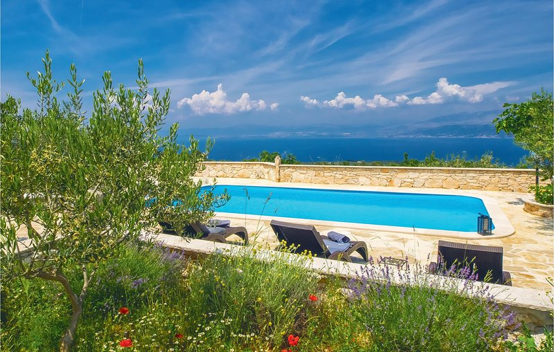 Awesome home in Donji Humac with WiFi and 5 Bedrooms (CDB551), casa vacanza a Donji Humac