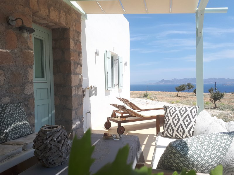 'The Olive Tree'stylish,quiet,large terrace magnificent ocean views in Mandrakia, casa vacanza a Milos