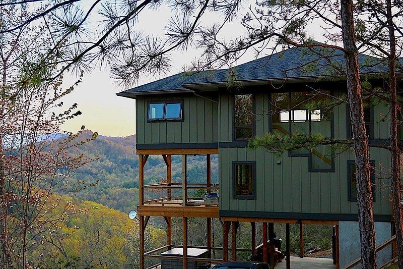 New Cabin! STUNNING VIEWS-Sparkling Hot Tub-Lake Access-Biking, Hiking-NOC-WIFI, holiday rental in Bryson City
