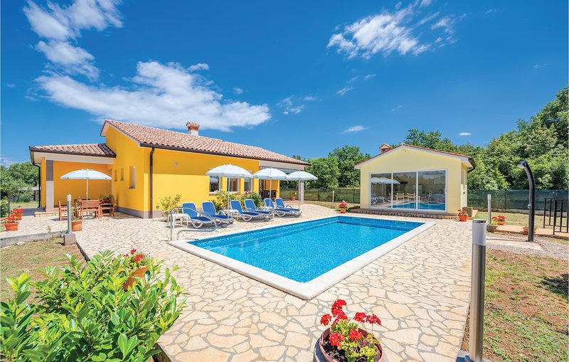 Beautiful home in Strmac with WiFi and 3 Bedrooms (CIK037), location de vacances à Nedescina
