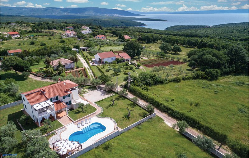 Stunning home in Krnica with WiFi and 4 Bedrooms (CIK053), casa vacanza a Peruski