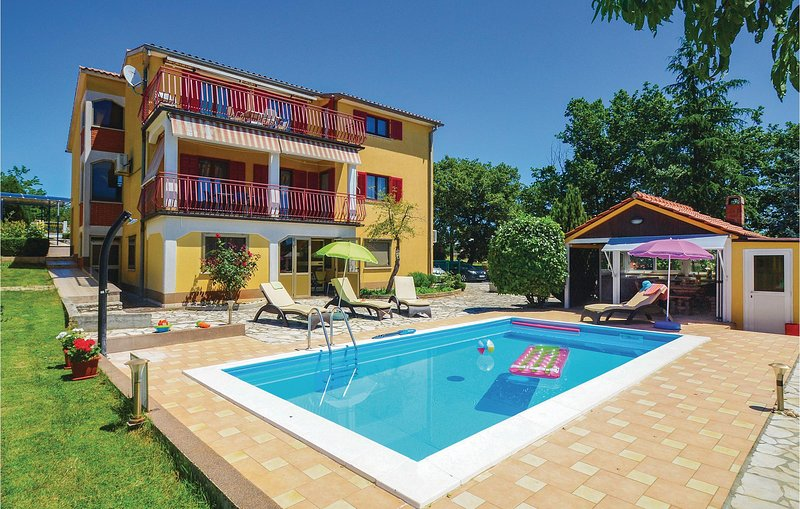 Awesome home in Vinez with WiFi and 7 Bedrooms (CIK545), casa vacanza a Vinez