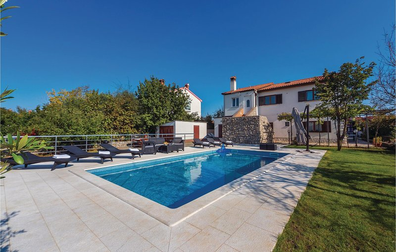 Stunning home in Labin with WiFi and 4 Bedrooms (CIK645), casa vacanza a Vinez