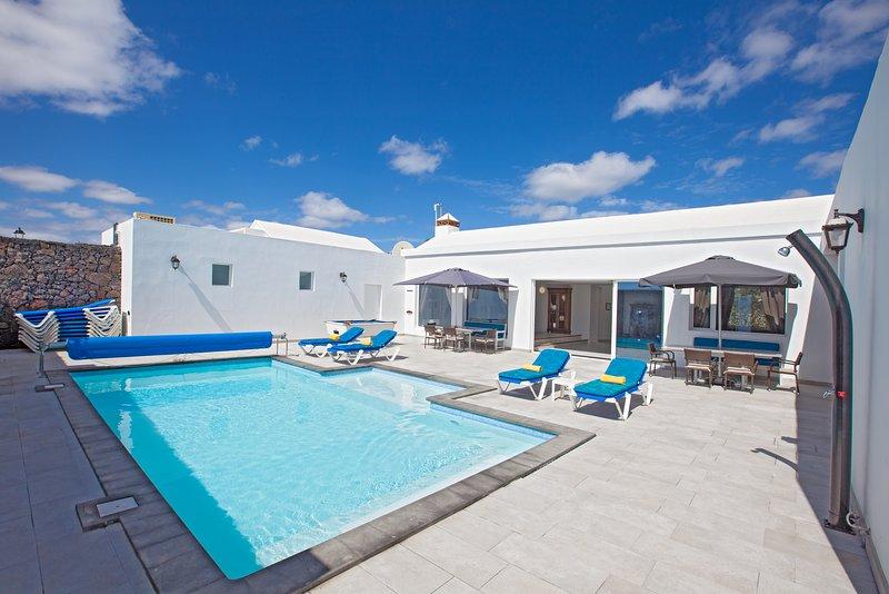 Villa Cartaphilus,6 Bedrooms sleeps 14 Free Air-Con  private pool games area, aluguéis de temporada em Puerto Del Carmen