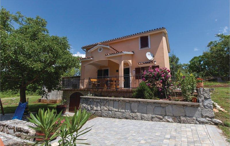 Beautiful home in Jurazini with Jacuzzi, 3 Bedrooms and WiFi (CIK966), location de vacances à Nedescina