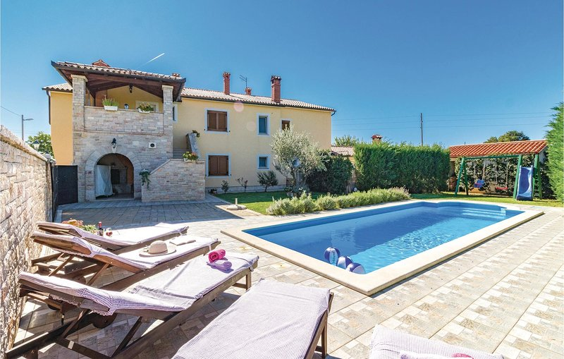 Stunning home in Frkeci with WiFi and 3 Bedrooms (CIL066), holiday rental in Grabri