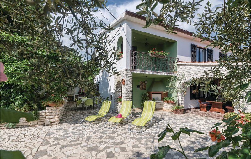 Stunning home in Manjadvorci with WiFi and 3 Bedrooms (CIL153), holiday rental in Manjadvorci