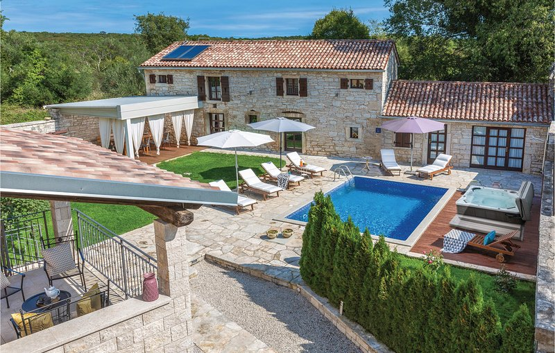 Beautiful home in Kanfanar with Jacuzzi, WiFi and 7 Bedrooms (CIL731), casa vacanza a Brajkovici