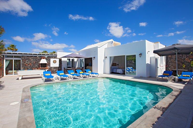 Casa Cristal 4 Bedrooms 3 Bathrooms Sleeps 10 people, alquiler de vacaciones en Puerto del Carmen