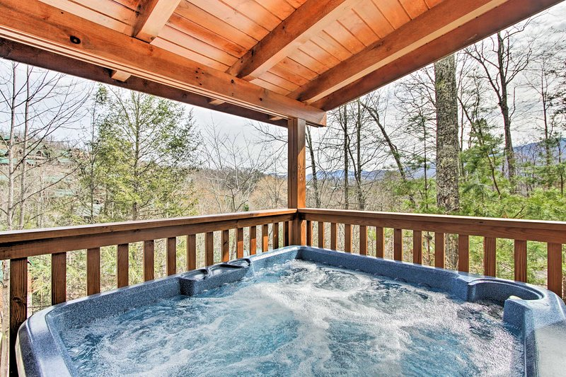 Luxe Gatlinburg Cabin w/Game Room & Smoky Mtn View, vacation rental in Gatlinburg