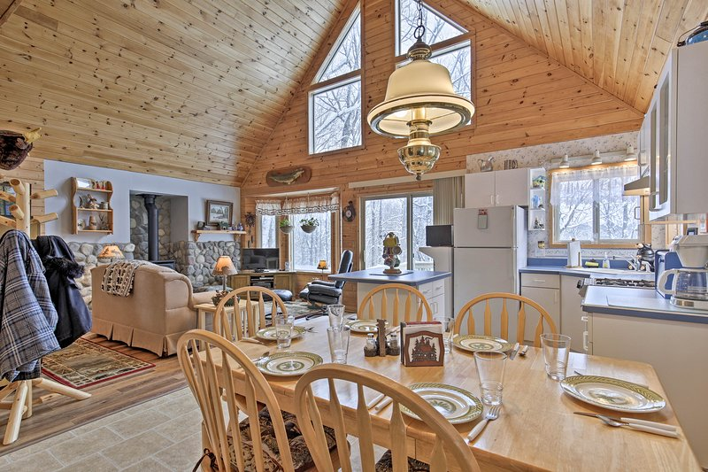 House on 10 Acres Overlooking Chippewa River!, alquiler de vacaciones en Radisson