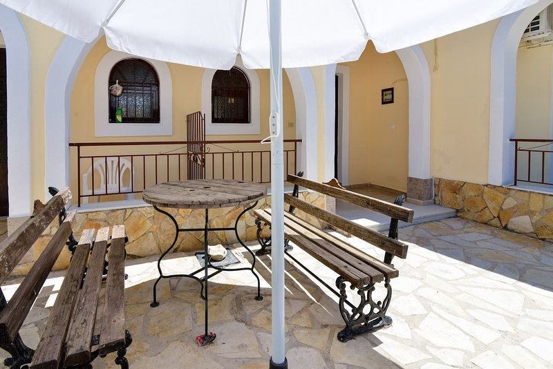 Corfu Budget Friendly Private Parking, Yard, 2 BDR, vakantiewoning in Gardenos