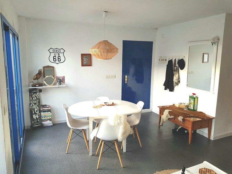 Il soggiorno è spazioso e luminoso con il vostro balcone, c'è una TV, divano, tavolo e cucina.