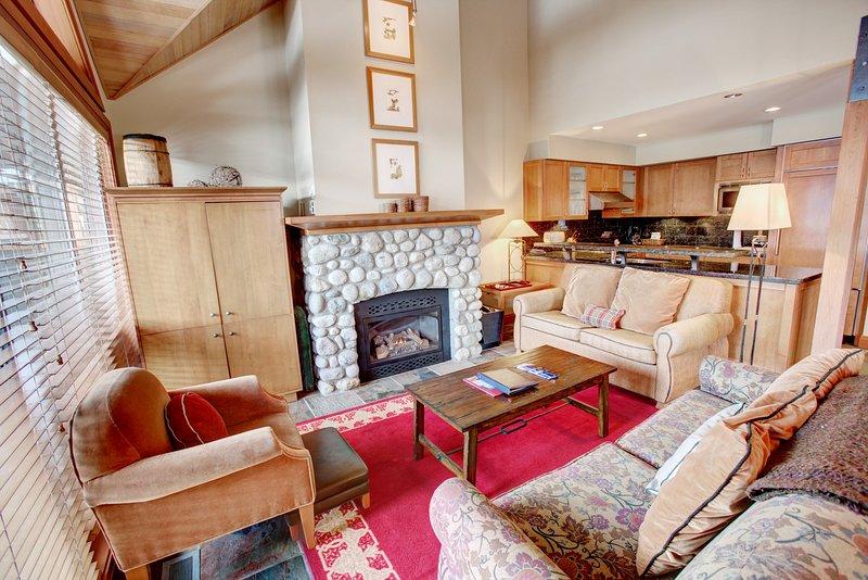Levante los pies y relájese en la amplia sala de estar, con sofás y chimenea de piedra.