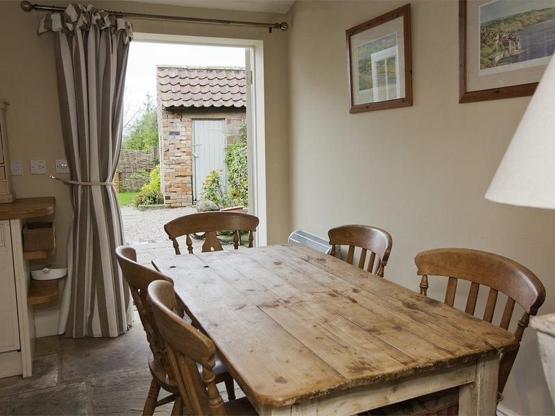 El muro de piedra original en esta cocina hogareña